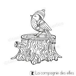Tampon oiseau sur un tronc